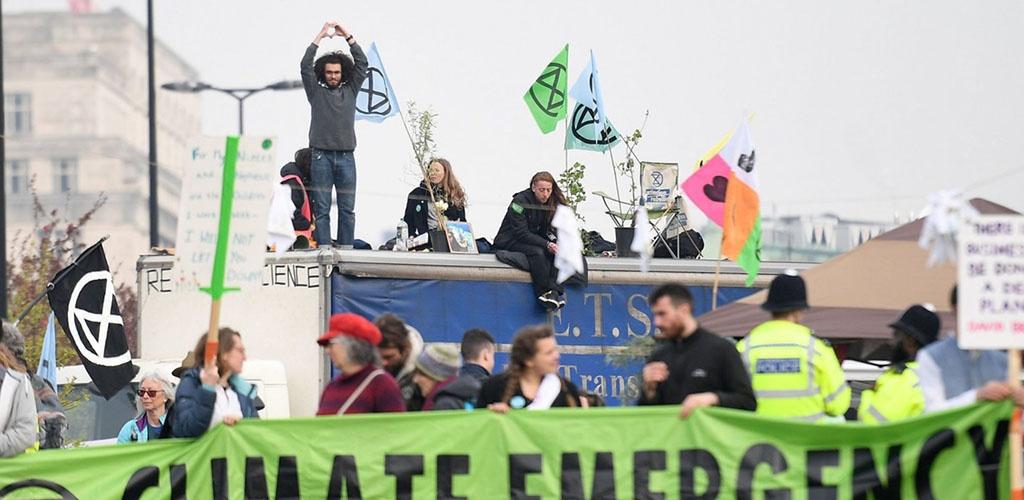 Per Londone vykstantį protestą prieš klimato kaitą suimta per 100 žmonių